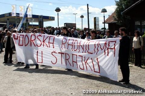 Млади пружају подршку радницима у штрајку