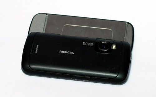 Nokia C6-00: камера, блиц и моно звучник са задње стране