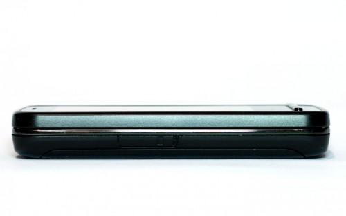Nokia C6-00: слот за microSD меморијску картицу са доње (леве) стране
