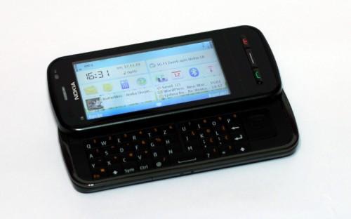 Nokia C6-00: екран и QWERTY тастатура