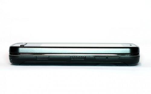 Nokia C6-00: горња страна са клацкалицом за звук, жабицом за откључавање екрана и тастером за камеру
