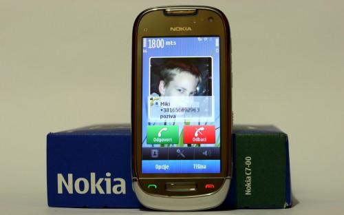 Nokia C7: предња страна, позив у току